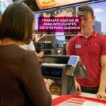 Un profesor humilla a un joven que trabajaba en un restaurante para pagar sus estudios