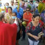 El sacerdote comienza a quitarles las máscaras a sus creyentes durante la Misa.