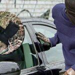 Algunos ladrones robarán un automóvil y pronto será robado